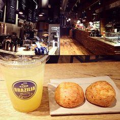 Parada estratégica pra comer pão de queijo!  Primeira vez que vim no Brazilia Cafe e adorei! Tem café brasileiro, sucos (tem açaí!), sanduíches, saladas, sobremesas,... Fica na Broadway com a Great Jones St., no NoHo! {$$} M. #StarvingNYtips