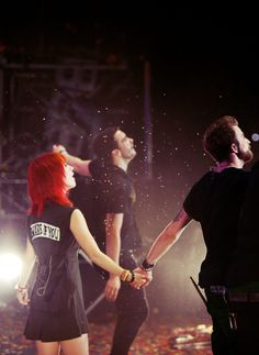 I love this picture. It's been my wallpaper since right after they announced the Farro brothers leaving. Hayley, Jeremy, and Taylor holding the band together.