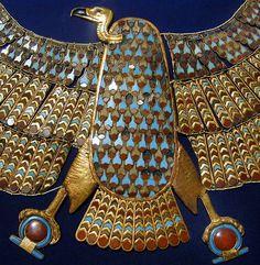 Chambre funéraire - gorgerin à l'image de la déesse-vautour Nekhabit - réalisé en or incrusté de cornaline et de pâtes de verre Elément central d'un gorgerin représentant la déesse-vautour Nekhabit