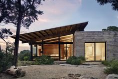 Tucked into the Hill Country canyons, the buildings of Canyon Preserve stair step down steep, rocky slopes of oaks, first growth cedar and . Lake Flato, Glass Pavilion, Modern Exterior, Maine House, Modern House Design, Bungalow, Architecture Design, Interior, Modern Cabins