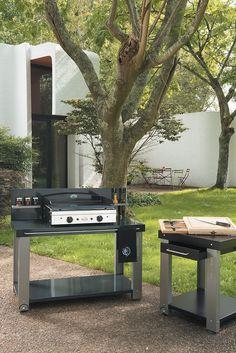 Pour que cuisiner à l'extérieur reste toujours un plaisir, #ForgeAdour a pensé à cette table roulante pour grill et plancha.