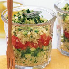 Salada de cuscuz com tomate e abobrinha - Couscous Rezepte - Salmon Recipes, Lunch Recipes, Healthy Recipes, Salat To Go, Lunch To Go, Food To Go, Cooking On The Grill, Lunch Snacks, Eat Smarter
