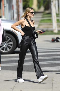 Fashion Trends That Need To Hit The Road Casual Street Style, Sneakers Street Style, Looks Street Style, Nike Street Style, White Leather Pants, Leather Trousers Outfit, Black Jeans, Leather Jacket, Leather Sneakers