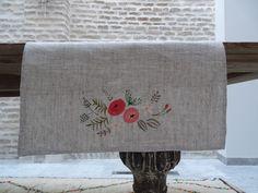 Camino de mesa en lino pintado a mano. Motivo floral. Disponible en tres colores de ElenaRomeroCrea en Etsy