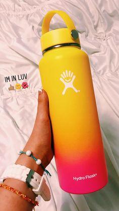 Water Bottle Art, Cute Water Bottles, Hydro Flask Water Bottle, Vsco Pictures, Bottle Design, Birthday Wishlist, Cute Cups, Summer Aesthetic, Mugs