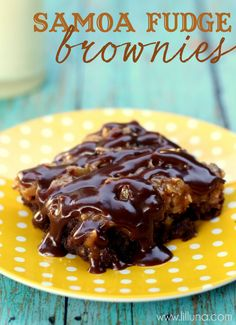 Delicious Samoa Brownies filled with brownies, caramel, chocolate and coconut. would need to make my own gf brownies Just Desserts, Delicious Desserts, Dessert Recipes, Yummy Food, Dessert Healthy, Dessert Ideas, Yummy Recipes, Cake Recipes, Tasty