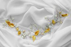 Este hermoso boho oro alambre flor pelo corona, vid de pelo es un broche precioso para la novia de boho chic. Racimos de flores blancas hechas a mano se mezclan con cristales, perlas de semilla, hancrafted hojas y en un alambre bendable de oro. Este hermoso halo, vid de pelo puede ser usado de muchas maneras - ver abajo.  MEDIDA: Aprox. 12,5 largo x 1,5 de altura. (Este es un medio Halo - no va todo el camino alrededor)  CÓMO USAR: 1. volver - utilizar horquillas para fijar y asegurar.  2…