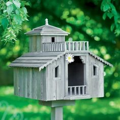 Une cabane à oiseau en bois // nest, hut, birds, cute, garden, flowers, summer