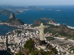 Esta impresionante estatua está situada en la cima del Cerro del Corcovado, a 710 metros sobre el nivel del mar. Representa la fe y la simpatía del pueblo carioca.