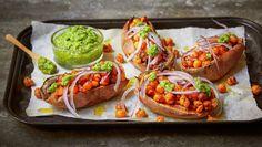Bakt søtpotet med brokkolipesto og stekte kikerter