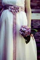 Schlicht und schön: Eine Hortensie farblich passend zum Kleid.   Foto: Startedwithakiss.de