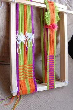 Tejido en telar Mapuche hecho por mis alumnas llano + peinecillo urdimbre en ocho y urdimbre circular Types Of Weaving, Inkle Weaving, Weaving Designs, Textiles, Handicraft, Lana, Home Improvement, Mandala, Tapestry