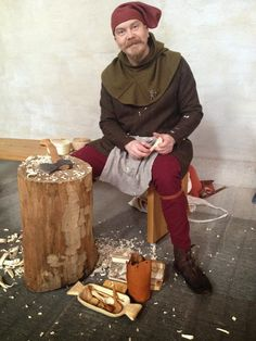 Riku carving spoons at the Historiska museet, Stockholm -Hibernaatiopesäke Medieval Peasant, Medieval Costume, Larp Costumes, Steampunk, Late Middle Ages, Midsummer Nights Dream, Medieval Clothing, 14th Century, Pilgrimage