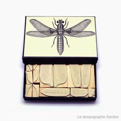 Vincent Sardon a commencé sa carrière comme illustrateur pour la presse, maintenant il crée à la main dans son atelier parisien des tampons qui délivrent de superbes illustrations et des messages bien sentis pleins d'humour. Avec ses tampons, seuls ou assemblés dans des coffrets, vous pouvez créer à l'infini des bestioles, des personnages, des bouts …