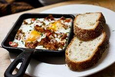 baked eggs w/ crumbled bacon on top Healthy Food, Healthy Recipes, Incredible Edibles, Skillets, Baked Eggs, Breakfast Time, Avocado Egg, Real Food Recipes, Bacon