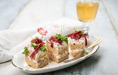 voileipäkakku-tapakset sopii niin arkeen kuin juhlaakin! #cremebonjoursuomi #tuorejuusto #välipala #piknik #eväs #iltapala #juhlaan Sandwich Cake, Sandwiches, Camembert Cheese, Tapas, Nom Nom, French Toast, Breakfast, Food, Morning Coffee