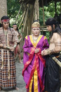 Several Ancient Filipino men from the Warrior class and a woman from the Noble class. Philippines Outfit, Philippines Culture, Traditional Filipino Tattoo, Vietnam Costume, Tattoo Son, Filipino Fashion, Filipino Tribal Tattoos, Filipino Culture, Tribal Warrior