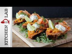 Γλυκοπατάτες γεμιστές με σολομό από τον Άκη Πετρετζίκη. Φτιάξτε ένα νόστιμο και γρήγορο ορεκτικό με γλυκοπατάτες γεμιστές με μέλι, τυρί κρέμα και σολομό!