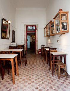 A very small restaurant that is lively with its atmosphere, delicious tapas and great service Cafe Interior, Kitchen Interior, Kitchen Design, Small Restaurant Design, House Restaurant, Cafe Bistro, Cafe Bar, Coffee Shop Design, Cafe Design