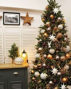 Looking for for inspiration for farmhouse christmas tree? Check this out for amazing farmhouse christmas tree inspiration. This farmhouse christmas tree ideas appears to be superb. Grey Christmas Tree, Christmas Tree Design, Beautiful Christmas Trees, Christmas Tree Themes, Noel Christmas, Christmas Ideas, Christmas Crafts, Brown Christmas Decorations, Natural Christmas Tree