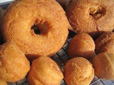 How to Make Cake Doughnuts. Cake doughnuts are a delicious and chewy version of regular doughnuts. Their crust is crisp and golden, while their inside is soft and cake-like. Unlike regular doughnuts, cake doughnuts are fluffed up with. Cake Donut Recipe Fried, Easy Donut Recipe, Baked Donut Recipes, Doughnut Cake, Baking Recipes, Crispy Donut Recipe, Top Recipes, Fry Donuts Recipe, Cookie Recipes