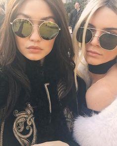 Kendall Jenner y Gigi Hadid posando para sus seguidores de Instagram