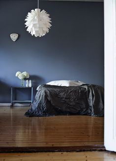 Suvi sur le vif: mood indigo- love this wall color. Blue Rooms, Blue Walls, Dark Walls, Home Interior, Interior And Exterior, Interior Decorating, Indigo Bedroom, Blue Bedroom, Home Design