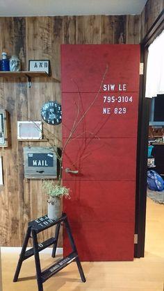 部屋のドアをペイントリメイクしました。 ドアのリメイクは3回目になりますが、今回目指したのは『コンテナ風のドア』。 ペイントしてステンシルする、という簡単な作業で完成! 今回の赤のように大きな範囲に使うのは躊躇してしまうような色もドアの大きさなら気軽に挑戦できました。 赤錆風&ステンシルのかっこいいドアになりましたのでどうぞご覧ください(^-^)/