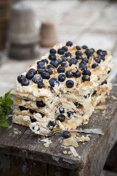 Raikkaista mustikoista ja valmiista lehtitaikinasta syntyy kesän komein kahvikakku, jonka täytteessä on venäläinen yllätys: kermaliköörillä...