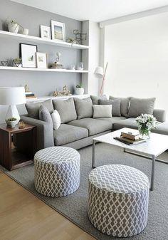 Светлая гостиная в бело-серых тонах с ярким акцентом на оригинальной деревянной тумбе у дивана