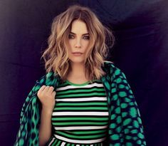"coupe au carré ""Fake Bob"" plongeant, maquillage des yeux dramatique et robe rayée - Ashley Benson"