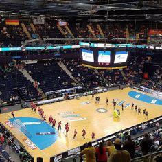 Beide Teams machen sich warm. Nicht mehr lange bis @sgflensburghandewitt gegen @rnloewen ! #LoewenLive #dkbhandball #1Team1Ziel #gemeinsameinTeam #rewefinal4 #Hamburg #Handball #noFilter