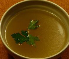 Ancien remède de grand-mère, le bouillon maison est pourtant l'un des breuvages les plus denses nutritionnellement qui existe. La recette de Taty Lauwers !