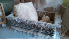 Coffret caisse en bois, serviette et savon décoration shabby chic : Boîtes, coffrets par l-atelier-d-helena