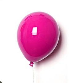 Ballon rose au dessus de la table à langer