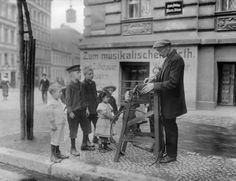 Berlin: Scherenschleifer auf der Straße – bewundert von den Kindern, 1904.                                                                                                                                                                                 Mehr