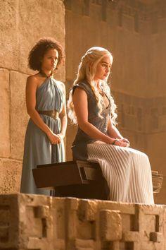 Game Of Thrones - TV Série - books (livros) - A Song of Ice and Fire (As Crônicas de Gelo e Fogo) - blond hair (cabelo loiro) - House Targaryen - family (família) - Daenerys Targaryen (Emilia Clarke) - Mother of Dragons (Mãe dos Dragões) - Mhysa - Queen (rainha) - Khaleesi - dress - vestido - white - branco - blue - azul - Missandei (Nathalie Emmanuel)