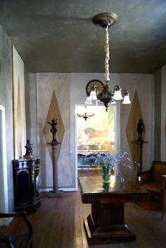 Muebles clásicos restaurados combinados con esculturas en bronce.