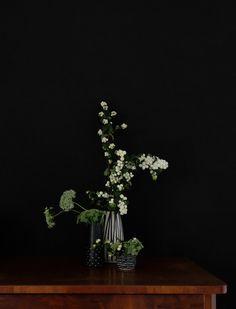 Alte Vasen, neues Grün I Kommode an schwarzer Wand I Flurdeko mit Blumen I Minza will Sommer