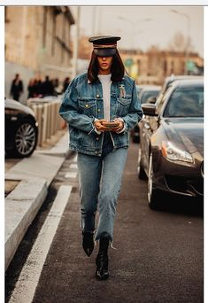 Tutti gli outfit e look di street style avvistati alla New York Fashion Week Aut… All the street style outfits and looks spotted at the New York Fashion Week Fall Winter 2018 2019 High Street Fashion, Fashion Mode, Denim Fashion, Trendy Fashion, Fashion Outfits, Fashion Trends, Vogue Fashion, High Fashion Looks, Fashion Lookbook