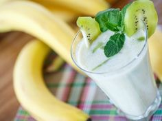 If you're a lover of smoothies and all things banana, then this is just the drink for you! This banana kiwi smoothie will help relieve your stress, and at the same time, help stimulate your bowels to eliminate constipation. Nutritious Smoothies, Fruit Smoothies, Juicer Recipes, Vegan Recipes, Smoothie Banane Kiwi, Avacado Smoothie, Date Smoothie, Smoothie Menu, Green Smoothie Recipes