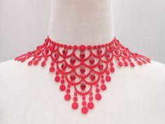 collier lingerie en guipure rouge avec des strass en cristal