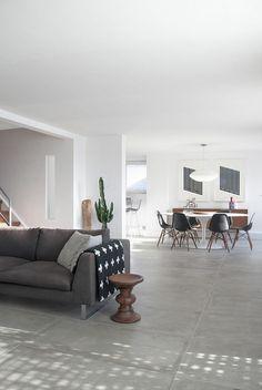 carrelage imitation béton ciré, sofa gris et salle à manger