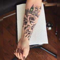 43 Kreative Crown Tattoo-Ideen für Frauen - Tattoos - Tattoos for women Crown Tattoos For Women, Arm Tattoos For Women Forearm, Tattoos For Women Half Sleeve, Forearm Sleeve Tattoos, Women Sleeve, Tattoo Arm, Arm Tattoo Ideas, Sleeve Tattoo Women, Unique Tattoos For Women
