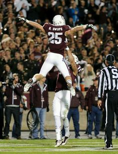 Swope and Aggies flying high Collage Football, Aggie Football, College Football Teams, College Station, College Fun, College Life, Aggie Game, Texas Forever, Dirty Dancing
