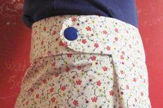Une jupe facile à réaliser qui a l'air d'une portefeuille sans l'être. Elle se ferme grâce à une ceinture boutonnée. Taille : sur mesures