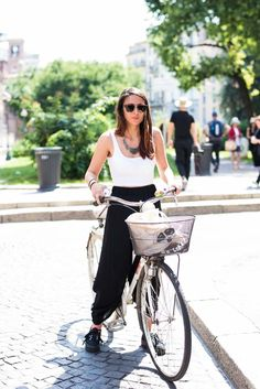 Womenswear Street Style by Ángel Robles. Fashion Photography from Milan Fashion Week. Minimal summer outfit on the street, Milano.