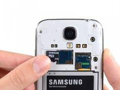 Schritt 3 - MicroSD-Karte -  Verwenden Sie das flache Ende eines Spudger, oder Ihren Fingernagel, um die microSD-Karte etwas tiefer in den Steckplatz zu drücken, bis Sie ein Klicken hören. Nach dem Klick, lassen Sie die Karte und sie wird aus dem Steckplatz herausgehen. Entfernen Sie die microSD-Karte. Beim Wiedereinsetzen, schieben Sie die microSD-Karte in den Steckplatz, bis es klickt.
