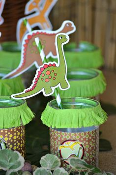 Dinosaur birthday party ideas with printables, food, favors and activities - BirdsParty.com