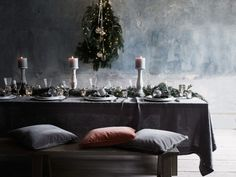 28 Ideas To Decorate Your Christmas Table With A Rustic Style Classy Christmas, Nordic Christmas, Rustic Christmas, Christmas Table Settings, Christmas Tablescapes, Cheap Home Decor, Diy Home Decor, Grey Tablecloths, Deco Table Noel